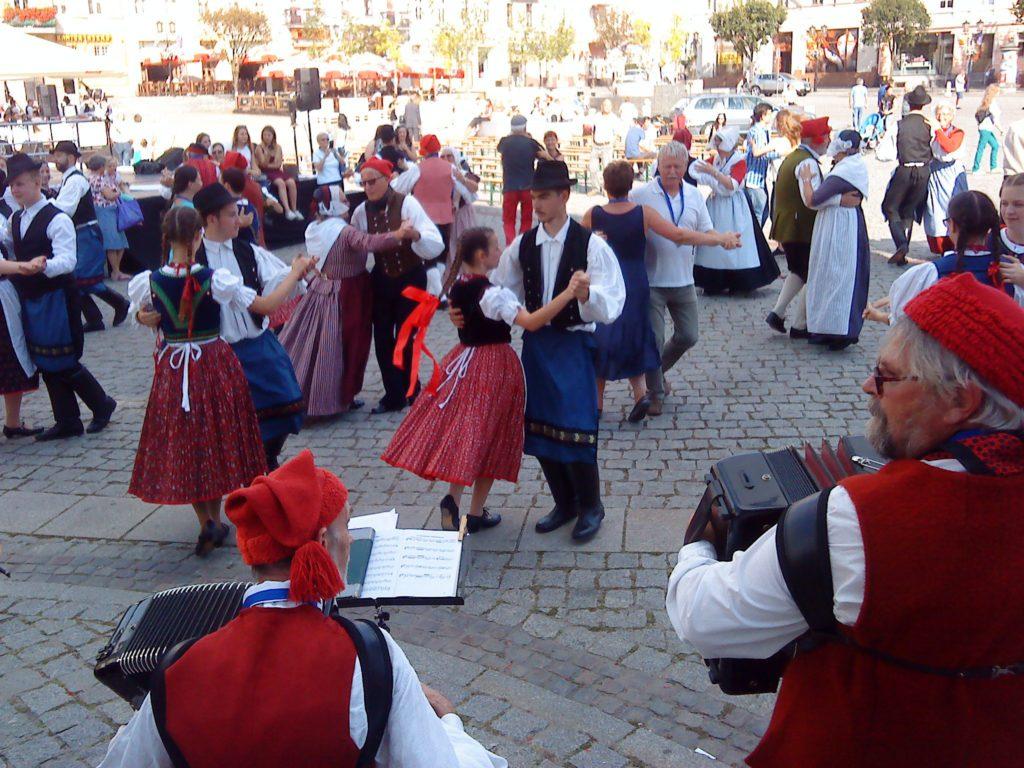 """Датчане танцуют вместе с венгерскими девушками из ансамбля """"Kisalföld""""."""